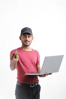 Молодой индийский техник или инженер мужского пола ремонтирует электронное оборудование