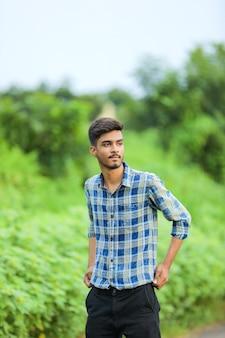 자연 속에서 표현을 보여주는 젊은 인도 사람