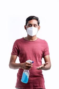 コロナウイルスからの保護のために手指消毒剤を使用している若いインド人。