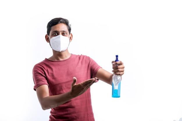 코로나 바이러스에 대한 보호를 위해 손 소독제를 사용하는 젊은 인도 남자.