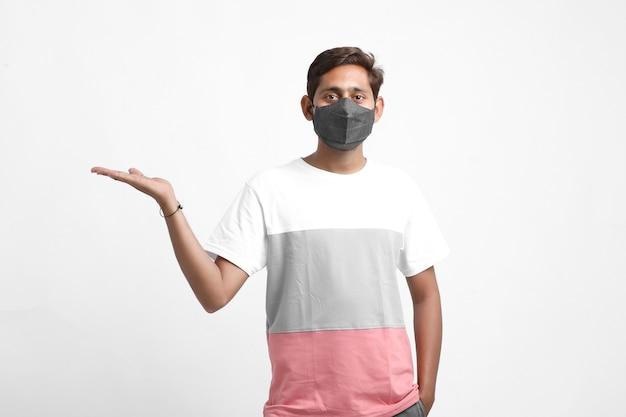 マスクを身に着けている若いインド人。コロナウイルスまたはcovid19保護の概念