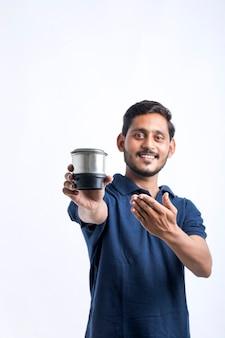 도구를 손에 들고 전자 주방 용품을 수리하는 젊은 인도 남자