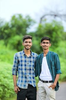 자연에서 포즈를 취하는 젊은 인도 남자
