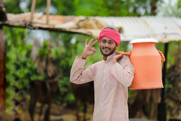 그의 농장에서 젊은 인도 우유 남자