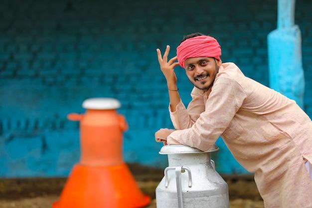 彼の農場で若いインドのミルク男