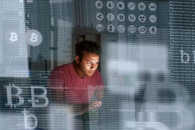 더 많은 암호 화폐를 얻는 방법을 생각하는 젊은 인도 프로그래머