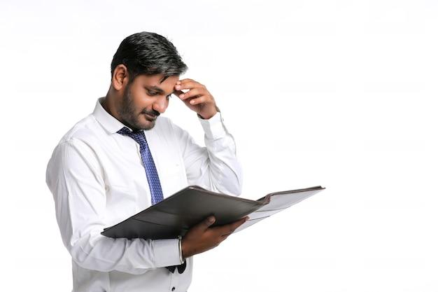 젊은 인도 학생 또는 파일을 손에 들고 장교