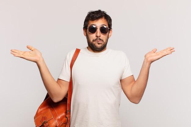 젊은 인도 여행자 남자 의심 또는 불확실한 표현