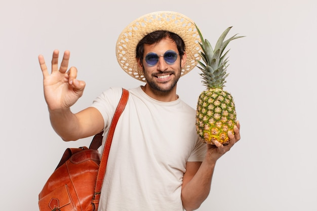 Молодой индийский путешественник человек счастливое выражение