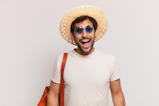 若いインド人旅行者の男性は表情を驚かせた