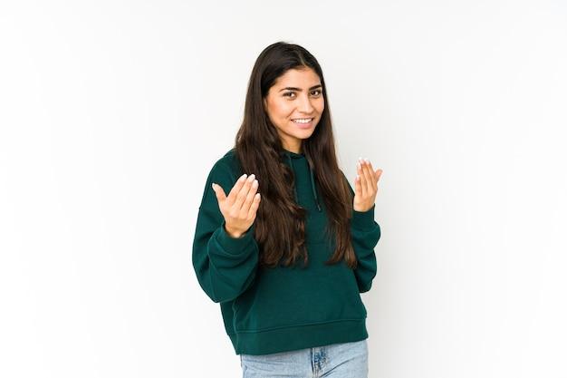 紫色の空間に孤立した若いインド人女性が、誘うように指であなたを指さします。