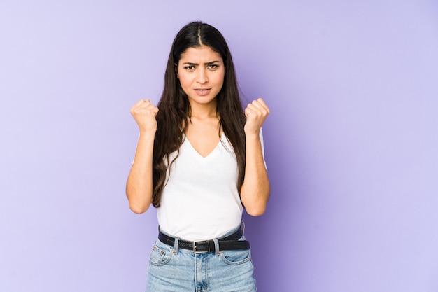 緊張した手で叫んで紫色の動揺で孤立した若いインド人女性。