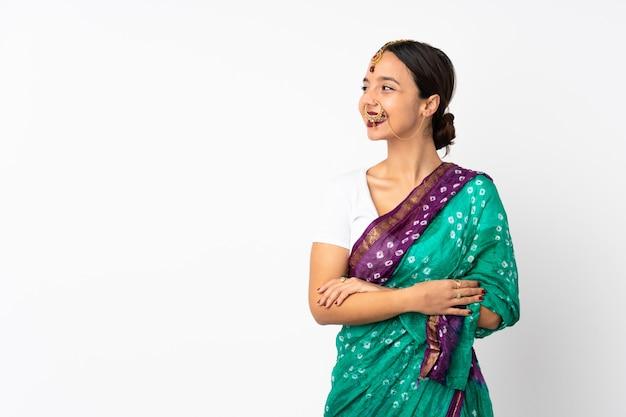 幸せと笑顔の白い背景に分離された若いインド人女性
