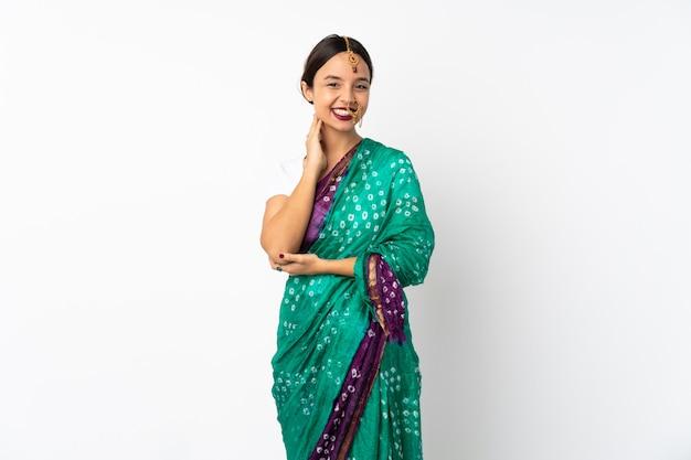 笑って白い背景に分離された若いインド人女性