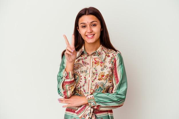 Молодая индийская женщина, изолированные на белом фоне, показывая номер два пальцами.