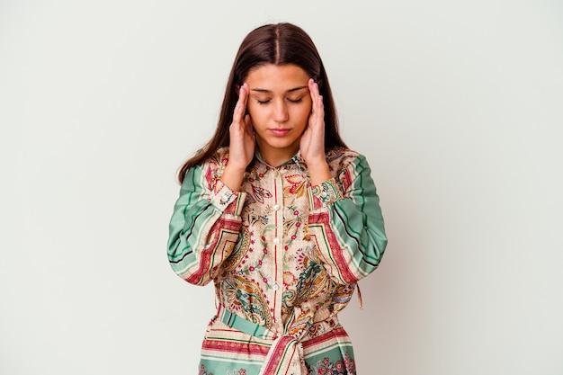 Молодая индийская женщина, изолированные на белом фоне, трогательно виски и головная боль.