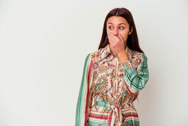 화이트 절연 젊은 인도 여자 손으로 입 취재 복사본 공간을 찾고 사려 깊은.