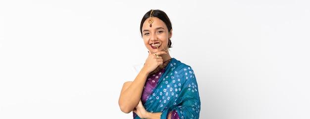 幸せと笑顔の白い壁に分離された若いインド人女性