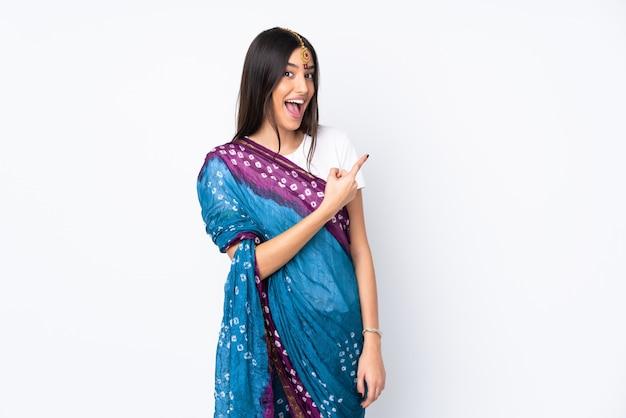 화이트에 고립 된 젊은 인도 여자