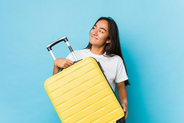 分離された新しい旅行を行うために神経質な若いインド人女性