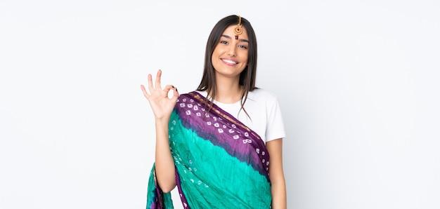 指でokサインを示す白い壁に若いインド人女性