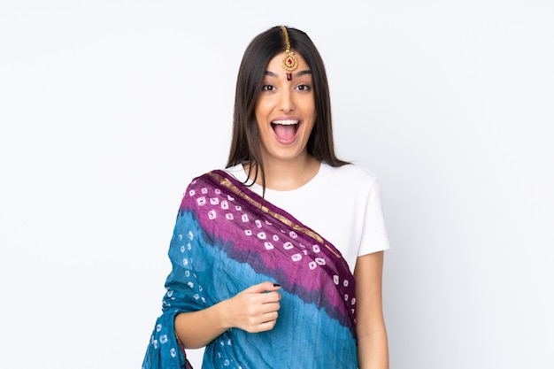 Молодая индийская женщина на белой стене с удивленным выражением лица