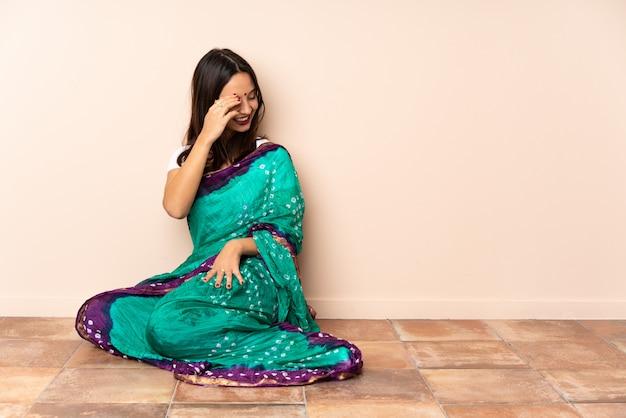 Молодая индийская женщина над стеной