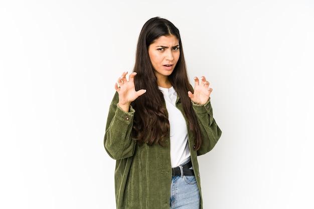 Молодая индийская женщина показывает когти, имитирующие кошку, агрессивный жест.