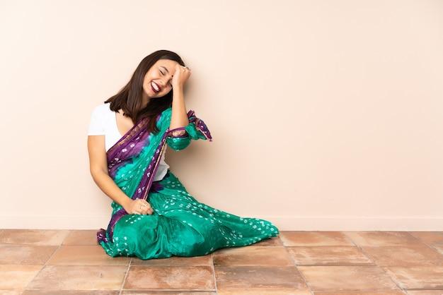 Молодая индийская женщина, сидящая на полу, кое-что поняла и намеревается решить