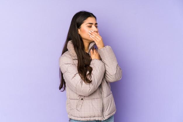Молодая индийская женщина страдает от боли в горле из-за вируса или инфекции.