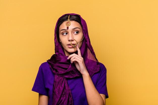 孤立した伝統的なサリーの服を着ている若いインドの女性