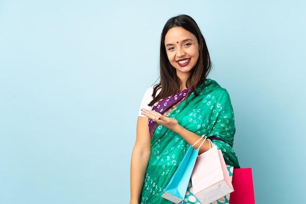 笑顔を見ながら買い物をする若いインド人女性