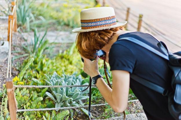 젊은 호기심 많은 여자 turists는 정원 야외에서 이국적인 식물을 사진