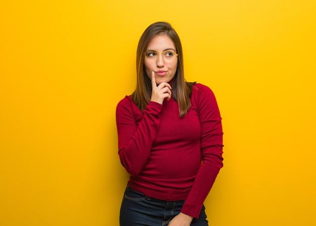 Молодая интеллектуальная женщина сомневается и смущается