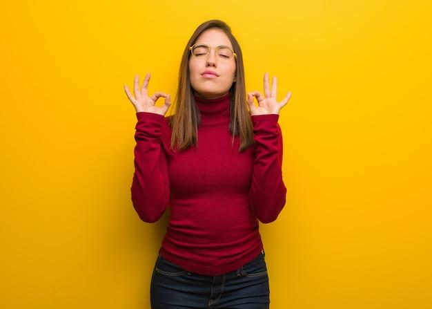 Молодая интеллектуальная женщина, выполняющая йогу