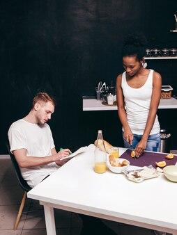 Молодая межрасовая семья дома на кухне
