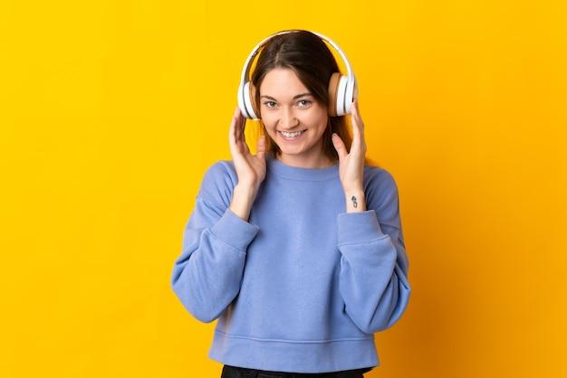 若いアイルランドの女性は音楽を聴いて孤立