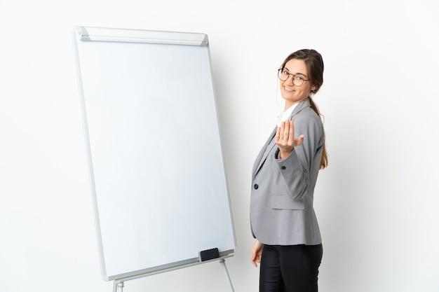 화이트 보드에 프레젠테이션을하고 손으로 초대 흰색 배경에 고립 된 젊은 아일랜드 여자