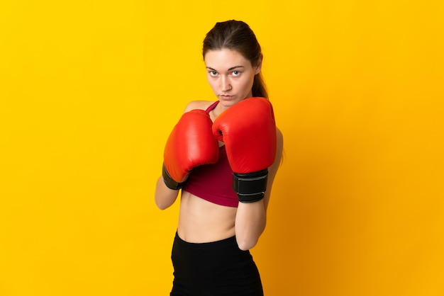 ボクシンググローブで隔離された若いアイルランドの女性
