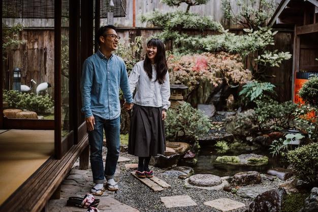 Молодая японская пара проводит время в их доме