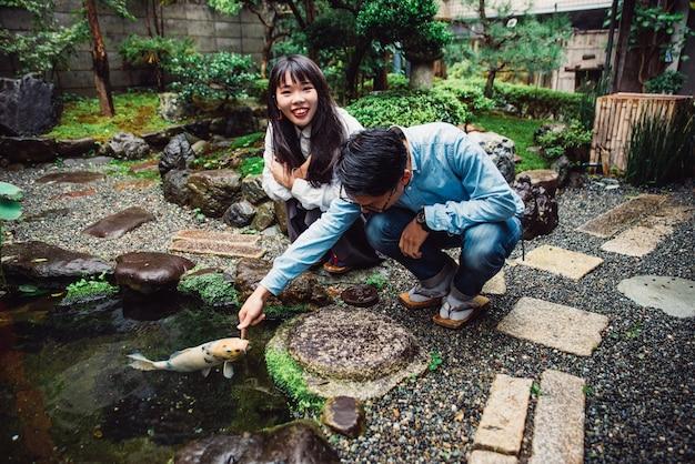 彼らの家で過ごす日本の若いカップル