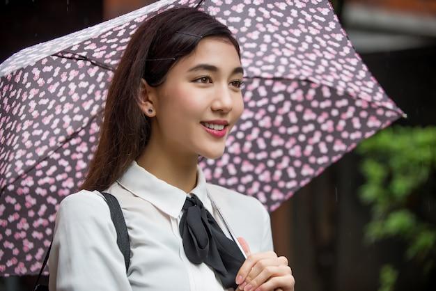 Молодая японская девушка на улице