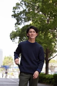 Giovane giapponese con un maglione blu