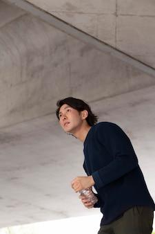블루 스웨터 야외에서 젊은 일본 남자
