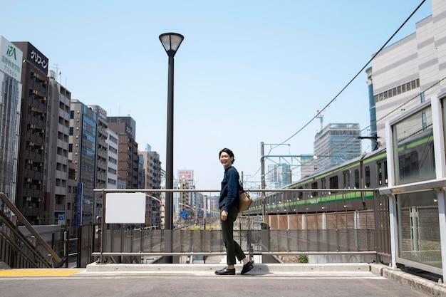 若い日本人男性屋外
