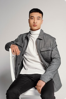 Портрет молодого японца на стуле