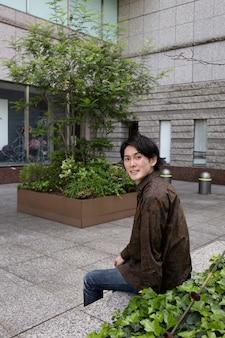 一人で屋外で時間を過ごす若い日本人男性