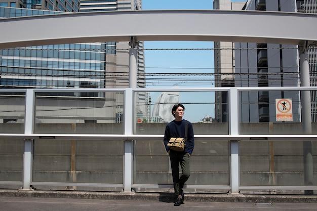 屋外で時間を過ごす若い日本人男性