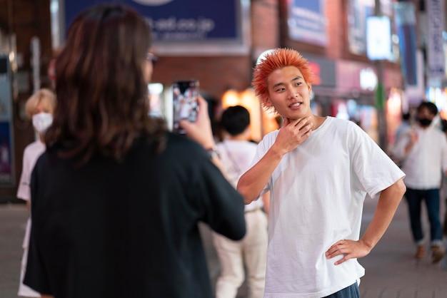 도시 위치에서 젊은 일본 남자 초상화