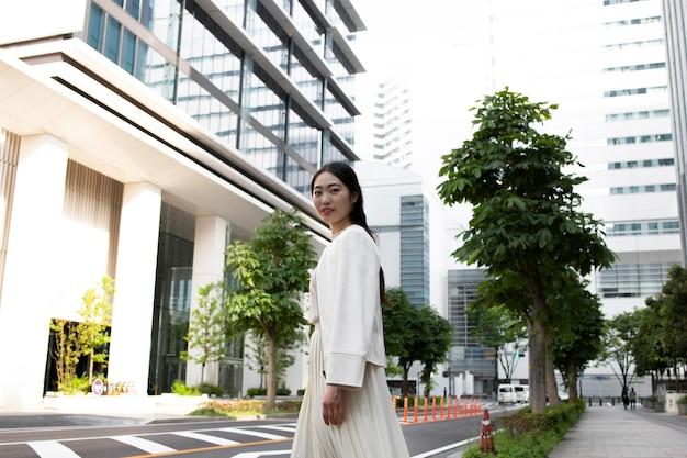 Giovane donna giapponese in città